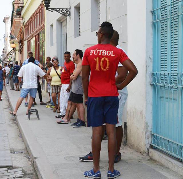 キューバの街。サッカーのユニフォームを着ている男性