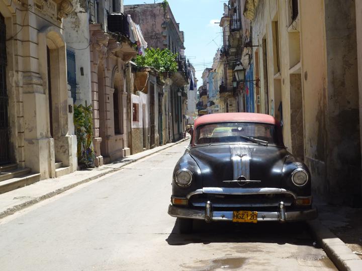 キューバでよく見かけるクラシックカー