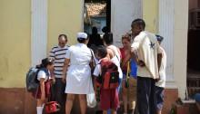地方都市トリニダーで子どもたちを迎えに行く親たち。医療関係者の姿も
