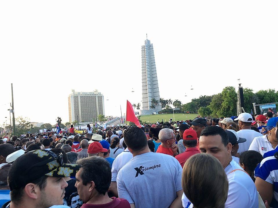 革命広場に集まる人びと。星型の塔(ホセ・マルティ・メモリアル)のふもとでラウル・カストロ氏たちが迎える