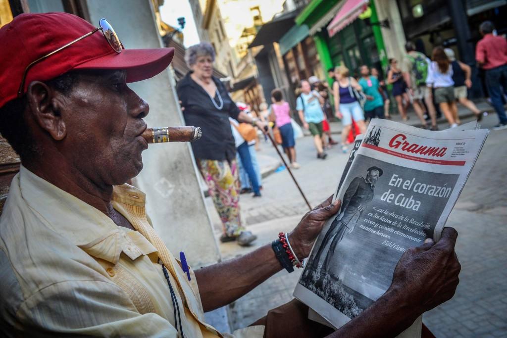 撮影:Miguel Meana (BMC Chief Photographer) 2017年11月26日フィデル・カストロ氏死去から1年、ハバナで新聞に見入る市民
