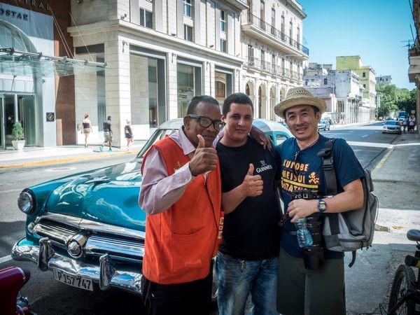 ハバナ市内で。車内に忘れたコンパクトデジタルカメラを届けてくれた運転手さん(中央)と