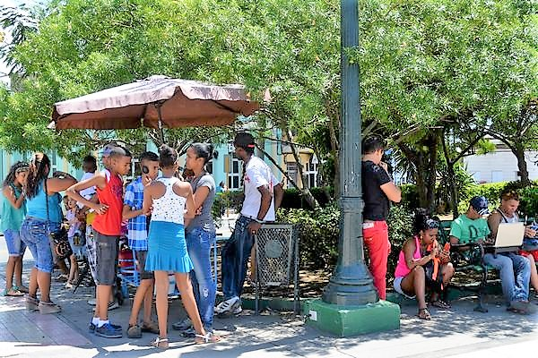 筆者撮影 キューバ東部、サンティアゴ・デ・クーバで、wi-fiが使える数少ない公園